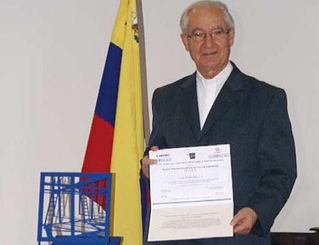 Padre Luis Ugalde recibe la orden Isabel La Católica por su reconocida labor en Venezuela